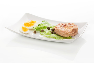 Tuna with salad, eggs and capers.