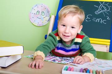 Kleiner Junge beim Schule spielen