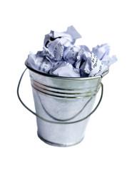 corbeille poubelle emplie de papier froissés