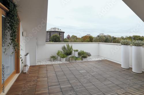 terrazzo moderno con pavimento di legno\