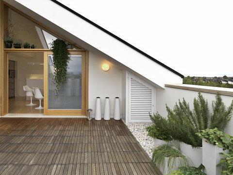 terrazzo con vista cucina e vasi di rosmarino
