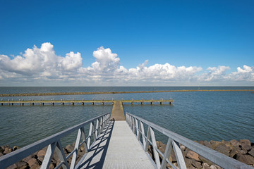 Papiers peints Jetee Jetty in a lake in autumn
