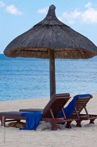 fauteuils de plage sous parasol de paille maurice photo libre de droits sur la banque d. Black Bedroom Furniture Sets. Home Design Ideas