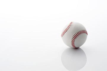 白背景に野球の硬式ボール