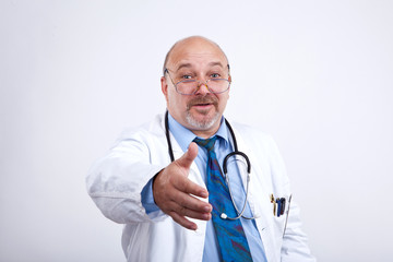 Doktor begrüßt jemanden