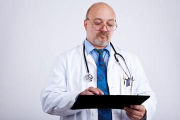 Arzt macht Notizen