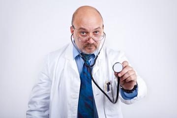 Arzt kommt zum Abhören