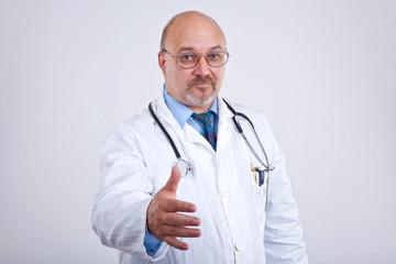 Doktor begrüßt Patienten
