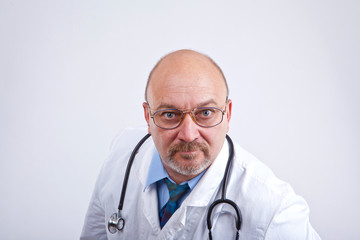 Doktor guckt genau hin