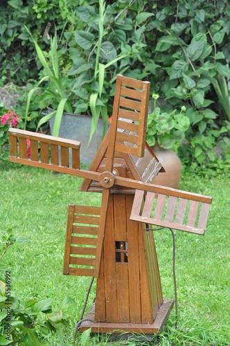 Moulin a vent en bois photo libre de droits sur la for Bricolage moulin a vent en bois