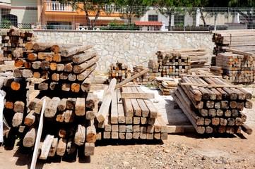 Stoccaggio di travi in legno in un cantiere edile