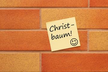 Wand mit einem gelben Zettel Christbaum