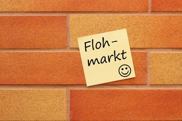 Wand mit einem gelben Zettel Flohmarkt