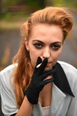 retro woman fumant