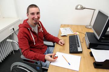 Rollstuhlfahrer am Arbeitsplatz 3