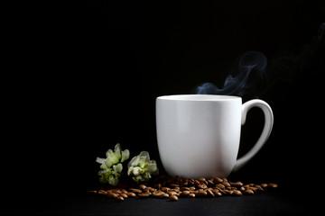 çiçekli beyaz fincanlı Kahve siyah arka plan