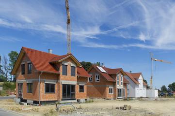 Wohnhäuser in einem Neubaugebiet