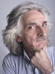 Uomo con capelli bianchi