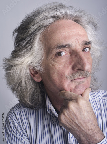 Uomo con i capelli bianchi