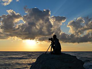 Silhouette di un fotografo all'alba