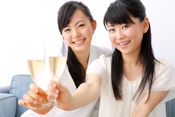 シャンパンを持つ女の子二人