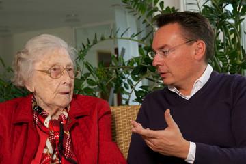 Seniorin mit Betreuer