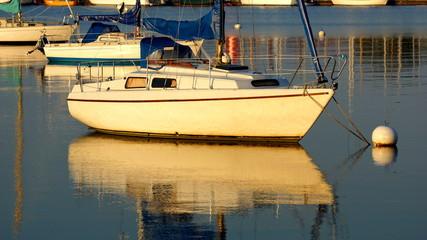 hafenmotiv mit segelboot und glänzendem wasser