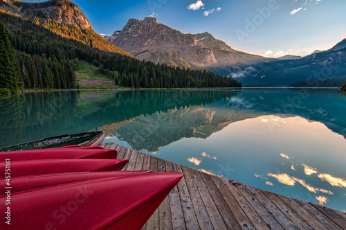 Fototapete Canoe Dock with Mountain Reflection