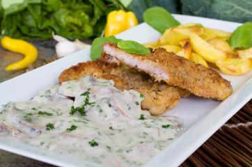 Wiener Schnitzel mit Countrypotatos und Rahmchampignons
