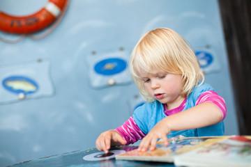Kind konzentriert sich