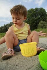 Bambina gioca con sabbia