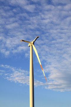 Abgebrochene Flügel einer Windekraftanlage