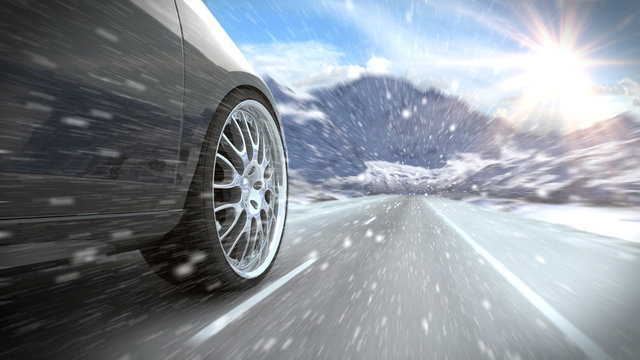 Auto auf winterlicher verschneiter Straße