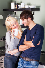 jungen Paar flirtend in der Küche