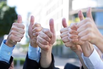 Business-Team hält Daumen hoch