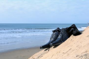 Paire de souliers vernis sur une plage