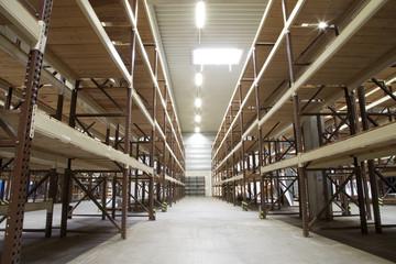industrielager mit langen Regalen