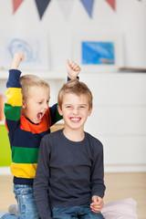 lachende jungen toben im kinderzimmer