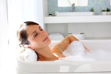 Obraz Beautiful woman relaxing in bathtub - fototapety do salonu
