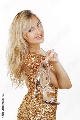 Frau im goldenen kleid