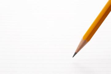 白紙のノートの背景に鉛筆のアップ