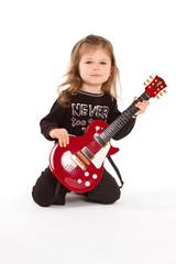 kleines mädchen mit gitarre