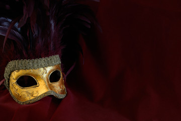 venezianische Maske vor rotem Hintergrund