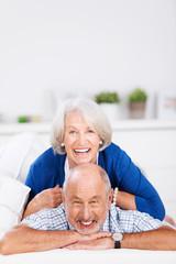 lachendes älteres paar hat spaß