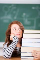 nachdenkliche schülerin im klassenzimmer