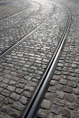 Rue pavée et rails de tramway