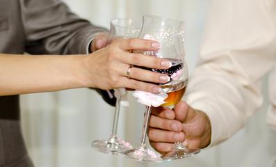 Руки молодоженов с бокалами шампанского