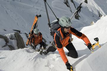 Extrem Bergsteiger im Winter mit Ski