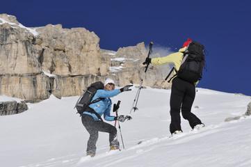 Skifahrern in den Dolomiten mit viel Spaß
