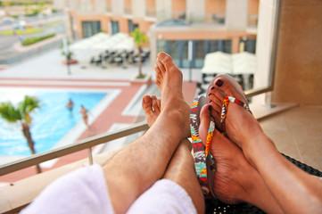 Pareja en la terraza del hotel, vacaciones